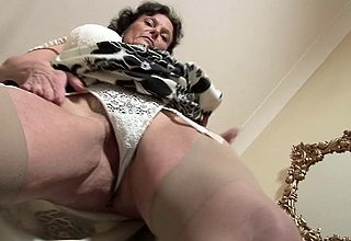 Crestfallen British MILF loves with respect to masturbate